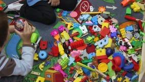 Niño que juega con los juguetes almacen de metraje de vídeo