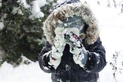 Niño que juega con nieve imagen de archivo