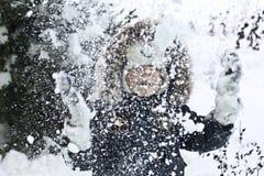 Niño que juega con nieve fotos de archivo libres de regalías