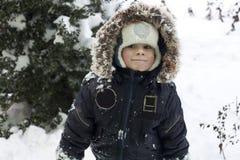 Niño que juega con nieve foto de archivo libre de regalías