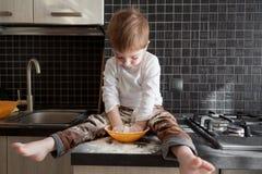Niño que juega con pasta Fotografía de archivo
