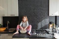 Niño que juega con pasta Imagen de archivo libre de regalías