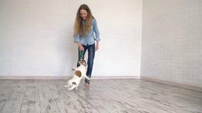 Niño que juega con su perro en casa almacen de video
