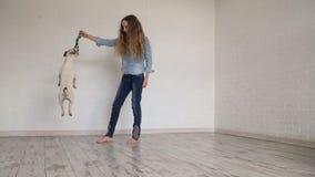Niño que juega con su perro en casa metrajes