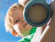 Niño que juega con Toy Telescope Foto de archivo libre de regalías