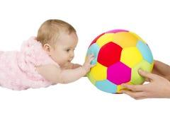 Niño que juega con una bola Fotografía de archivo libre de regalías