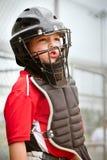 Niño que juega el colector durante juego de béisbol Imagen de archivo
