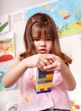 Niño que juega el conjunto de la construcción. imagen de archivo