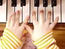 Niño que juega el piano Fotos de archivo