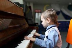 Niño que juega el piano Imagen de archivo