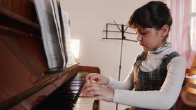 Niño que juega el piano Retrato de jugar a la muchacha Opinión del resbalador de jugar metrajes