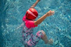 Niño que juega en el agua Imágenes de archivo libres de regalías