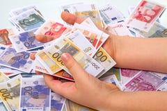 Niño que juega en el euro del juguete Imagen de archivo