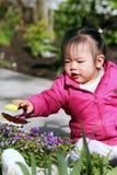 Niño que juega en el jardín Imágenes de archivo libres de regalías