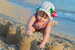 Niño que juega en el mar imagenes de archivo