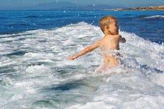 Niño que juega en el mar fotografía de archivo libre de regalías