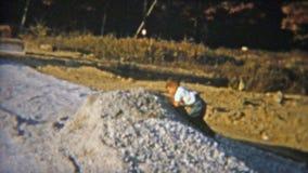 1951: Niño que juega en el montón de la suciedad de la construcción NEWARK, NEW JERSEY metrajes