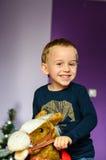 Niño que juega en el país imagen de archivo libre de regalías