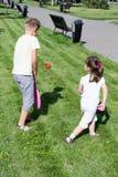 Niño que juega en el parque foto de archivo libre de regalías