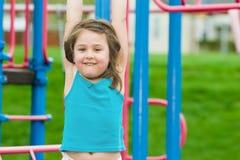 Niño que juega en el patio Foto de archivo libre de regalías