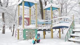 Niño que juega en el patio en el invierno almacen de video