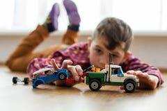 Niño que juega en el piso Foto de archivo