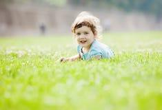 Niño que juega en el prado de la hierba Foto de archivo