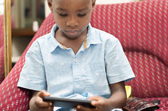 Niño que juega en el teléfono móvil Imágenes de archivo libres de regalías