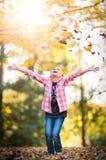 Niño que juega en hojas de la caída imágenes de archivo libres de regalías