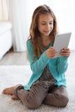 Niño que juega en ipad Fotos de archivo libres de regalías