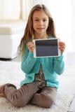 Niño que juega en ipad Fotografía de archivo libre de regalías