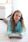 Niño que juega en ipad Foto de archivo libre de regalías