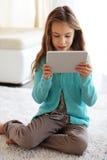 Niño que juega en ipad Imagen de archivo