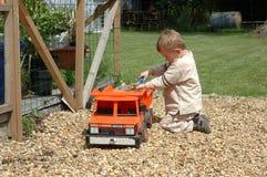 Niño que juega en jardín. imagen de archivo