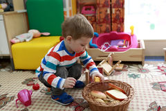 Niño que juega en la alfombra fotos de archivo libres de regalías