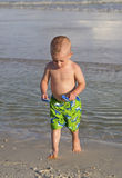 Niño que juega en la arena. Fotografía de archivo