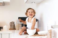 Niño que juega en la cocina Foto de archivo libre de regalías