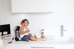Niño que juega en la cocina Fotos de archivo
