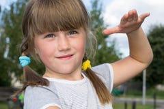 Niño que juega en la hierba Imagenes de archivo