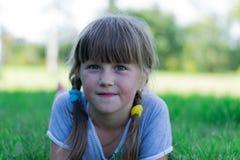 Niño que juega en la hierba Fotografía de archivo libre de regalías