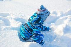 Niño que juega en la nieve imágenes de archivo libres de regalías