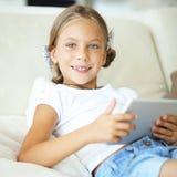 Niño que juega en la PC de la tableta Foto de archivo