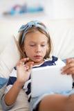 Niño que juega en la PC de la tableta Fotos de archivo