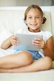 Niño que juega en la PC de la tableta Imagen de archivo libre de regalías