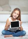 Niño que juega en la PC de la tableta Imágenes de archivo libres de regalías