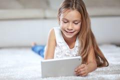 Niño que juega en la PC de la tableta Imagen de archivo