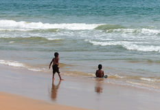 Niño que juega en la playa del mar Foto de archivo libre de regalías