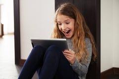 Niño que juega en la tableta Imágenes de archivo libres de regalías