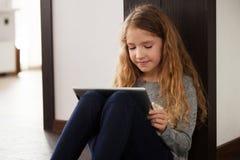 Niño que juega en la tableta Foto de archivo libre de regalías