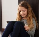 Niño que juega en la tableta Imagenes de archivo